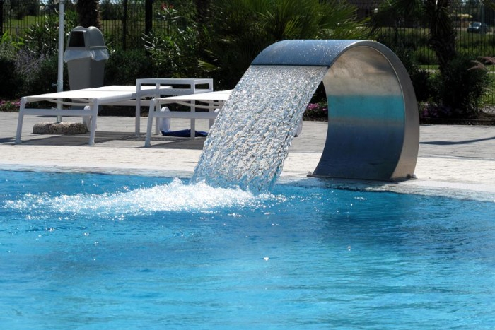 Fontane e cascate per piscina fontana in acciaio per piscina belle dimore arredi e - Fontana per piscina ...