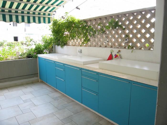 Cucina in muratura struttura in marmo cucina con struttura in marmo ed ante con telaio - Cucina in muratura per esterni ...