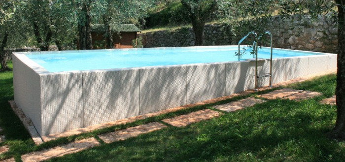 Betacryl piscina con pareti rivestite con betacryl for Piscine seminterrate